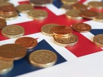 Monete di libbra, Regno Unito sopra la bandiera Fotografia Stock