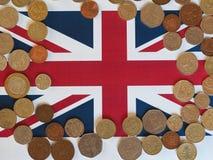 Monete di libbra, Regno Unito sopra la bandiera Fotografie Stock
