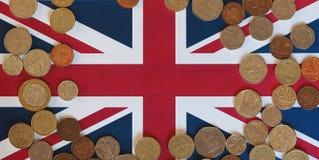 Monete di libbra, Regno Unito sopra la bandiera Immagini Stock Libere da Diritti