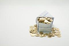 Monete di oro in casa ed in mucchio delle monete di oro Immagine Stock