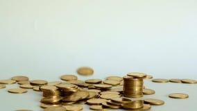 Monete di oro che cadono giù sul fondo bianco, concetto di affari di crescita, 4K, UHD video d archivio