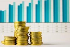 Monete di oro con il grafico finanziario Immagini Stock Libere da Diritti