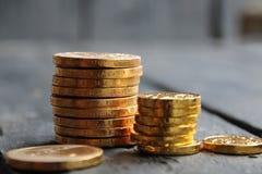 Monete di oro, idea di reddito, attività bancarie e concetto di finanza immagini stock libere da diritti