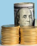 Monete di oro pure davanti ai rotoli della banca di valuta degli Stati Uniti Immagini Stock