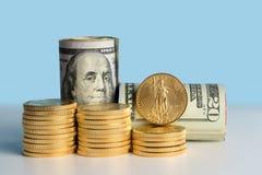 Monete di oro pure davanti ai rotoli della banca di valuta degli Stati Uniti Fotografie Stock