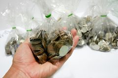 Monete di quella valuta di baht che sono ordinate su bianco o sulle sedere fotografia stock