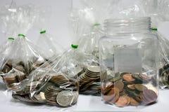 Monete di quella valuta di baht che sono ordinate su bianco o sulle sedere fotografia stock libera da diritti
