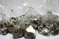 Monete di quella valuta di baht che sono ordinate su bianco o sulle sedere isolate immagini stock