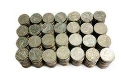 Monete di quella valuta di baht che sono ordinate su bianco o sulle sedere isolate fotografia stock