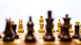 Monete di scacchi che stanno di fronte ad a vicenda fotografie stock