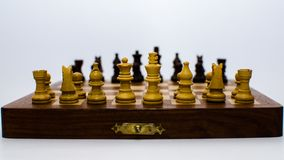 Monete di scacchi che stanno di fronte ad a vicenda immagine stock libera da diritti