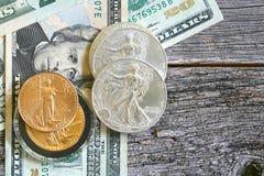 Monete di valuta degli Stati Uniti e fatture di carta Fotografie Stock Libere da Diritti