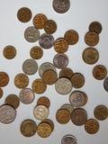 Monete differenti sulla tavola Immagini Stock