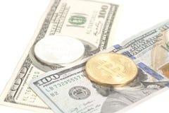 Monete dorate del bitcoin dell'argento dell'estremità sui dollari americani Immagine Stock