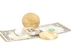 Monete dorate del bitcoin dell'argento dell'estremità sui dollari americani Immagini Stock Libere da Diritti