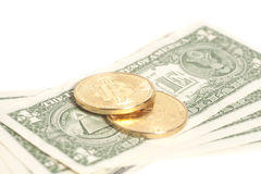 Monete dorate del bitcoin sui dollari americani Immagine Stock Libera da Diritti