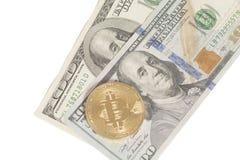 Monete dorate e d'argento del bitcoin e cento banconote del dollaro Immagini Stock
