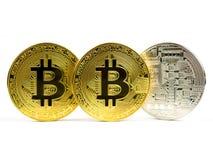 Monete dorate e d'argento del bitcoin isolate su un fondo bianco Fotografia Stock