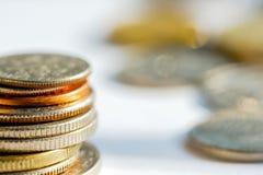Monete dorate e d'argento in una pila Immagine Stock Libera da Diritti
