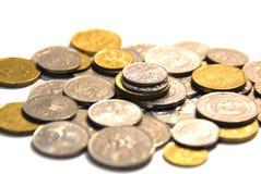 Monete dorate isolate su priorità bassa bianca fotografie stock libere da diritti
