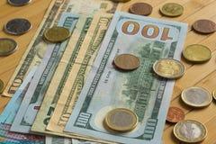 Monete e banconota su una tavola Immagine Stock