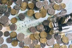 Monete e barattolo di vetro su una mappa del ` di Nord America del ` fotografia stock
