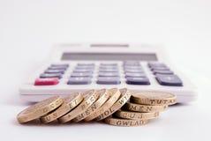 Monete e calcolatore fotografie stock