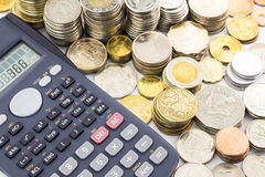 Monete e calcolatore di valuta del mondo Fotografia Stock Libera da Diritti