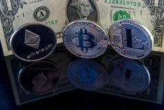 monete e dollaro di concetto del litecoin di ethereum del bitcoin sul nero con il concetto di rischio d'investimento di riflessio immagine stock libera da diritti