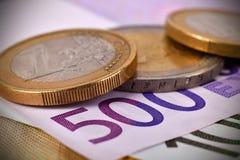 Monete e 500 euro banconote Immagini Stock Libere da Diritti