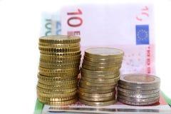 Monete e fatture europee su fondo bianco Fotografie Stock
