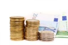 Monete e fatture europee su fondo bianco Immagini Stock