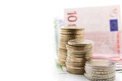 Monete e fatture europee su fondo bianco Fotografie Stock Libere da Diritti