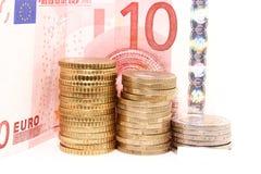 Monete e fatture europee su fondo bianco Fotografia Stock Libera da Diritti