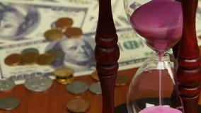 Monete e fatture vicino alla clessidra Fine in su archivi video