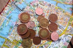Monete e mappa Fotografia Stock