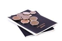 Monete e passaporti Fotografie Stock Libere da Diritti