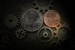 Monete e primo piano degli ingranaggi fotografia stock