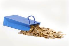 Monete e sacchetto di carta del regalo Immagini Stock