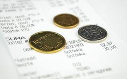 Monete e una ricevuta di acquisto Fotografie Stock