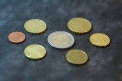 Monete - euro due con gli euro centesimi Fotografie Stock