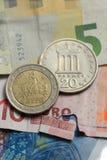 Monete greche sulle euro note Fotografie Stock Libere da Diritti