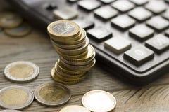 Monete impilate su a vicenda nelle posizioni differenti immagine stock