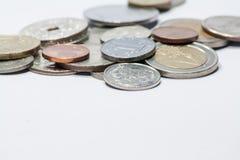 Monete isolate su bianco fotografie stock libere da diritti