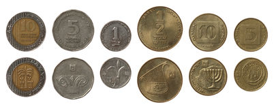 Monete israeliane isolate su bianco fotografie stock