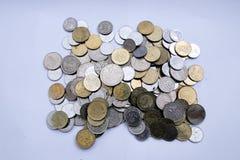 Monete malesi sopra fondo bianco immagine stock libera da diritti
