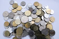 Monete malesi sopra fondo bianco immagine stock