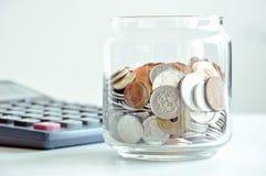 Monete nel barattolo di vetro (valute asiatiche miste) Immagine Stock