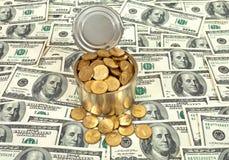 Monete russe nella latta sopra le banconote degli Stati Uniti Immagini Stock Libere da Diritti