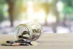 Monete su di legno con softlight Soldi di risparmio e concetto di affari di crescita di conto Baht tailandese della moneta fotografie stock